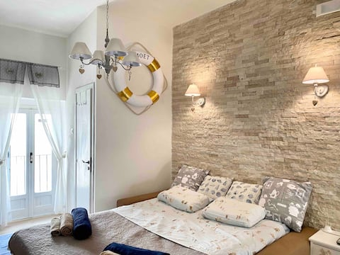 Sea View romantic flat with balcony in TheOld town