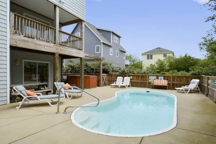 1628 Crystal Sands Castle* 10 min. walk to beach access*Private Pool* Rec. Room w/Foosball Table