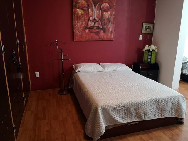 Habitación con 2 camas matrimoniales, closet, tv, wifi, baño, closet, perchero, la habitación cuenta con piso laminado, buena iluminación y colchas y sabanas de buena calidad.