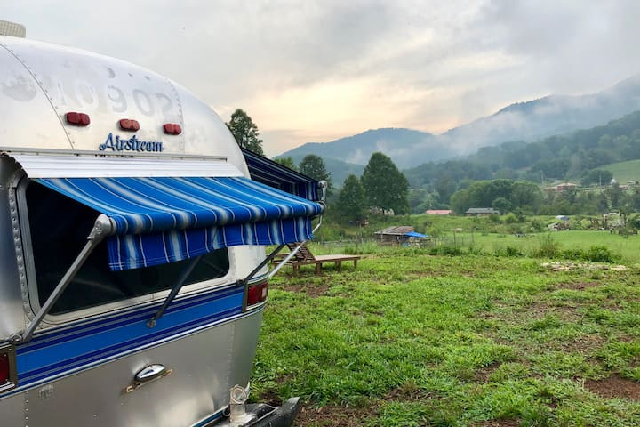 Farm Airstream- quiet, cozy + warm w/ epic views!