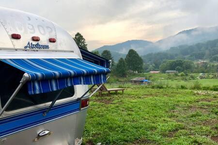 Airstream- open air farm getaway, w/ epic views!