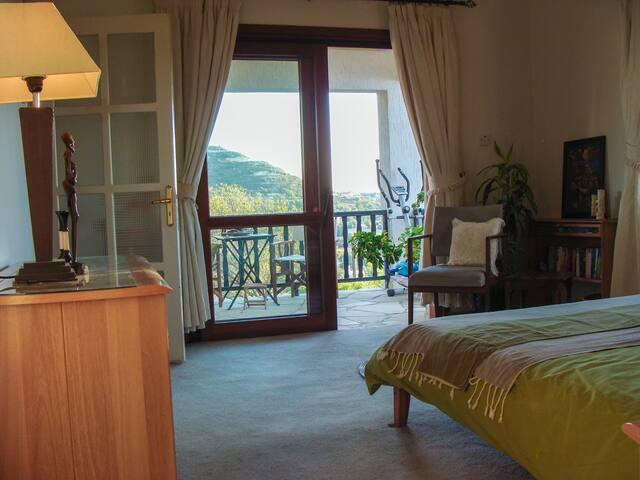 Luxuious Master Bedroom (Ensuite)