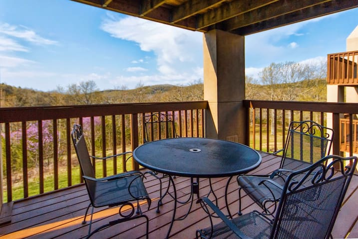 Branson Condo Rental | Eagles Nest | Indian Point | Silver Dollar City | Lake Views (181604)