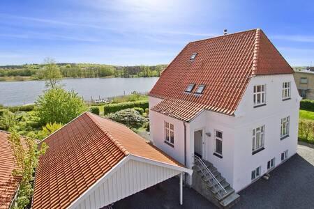 Værelse i byen ved sø og skov - Silkeborg - House