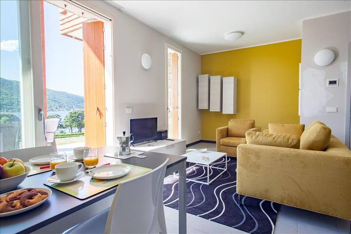 Colorful 2bdr with external patio on Iseo Lake - Sarnico - Byt
