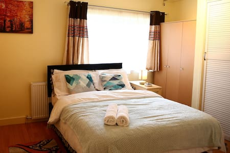 5mins to Hatfield Town Centre Cosy & Comfort suite