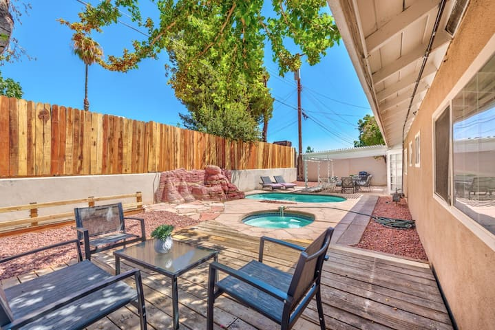 5BD 8M from the Strip M from C.center sleeps 16+