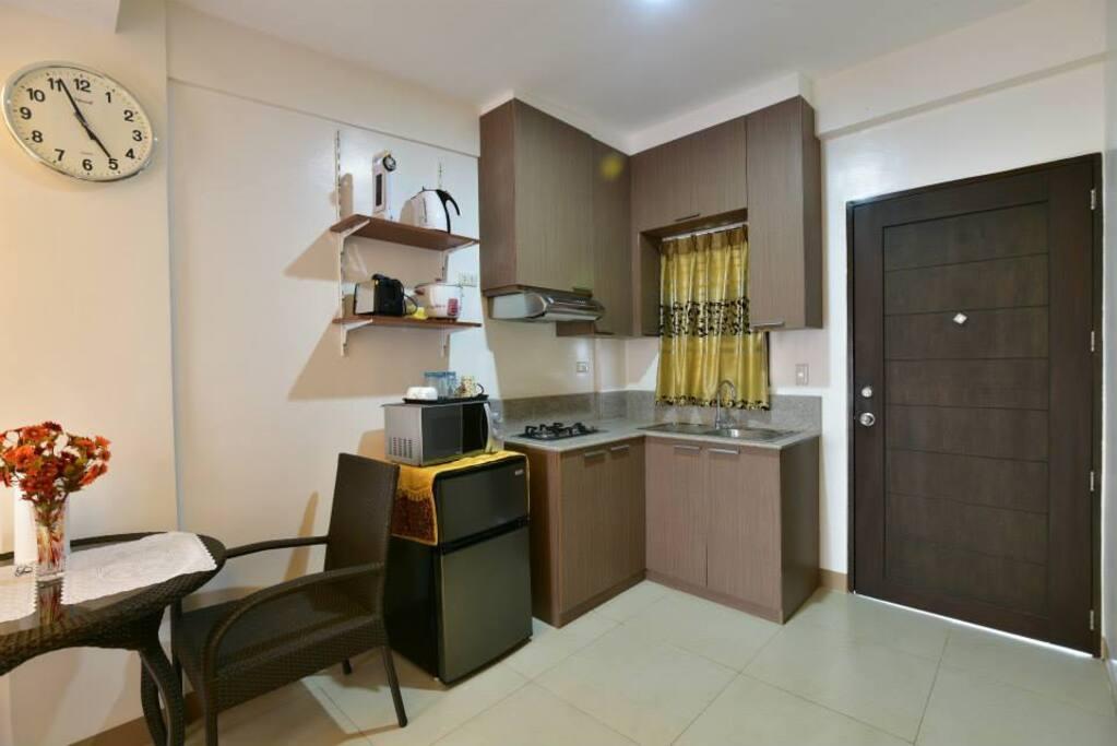 kitchen with Refrigerator und microwave
