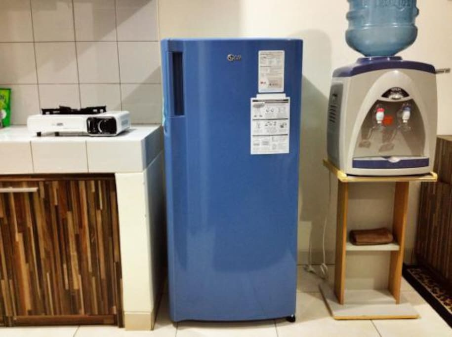 Stove, refrigerator, and water gallon/dispenser.