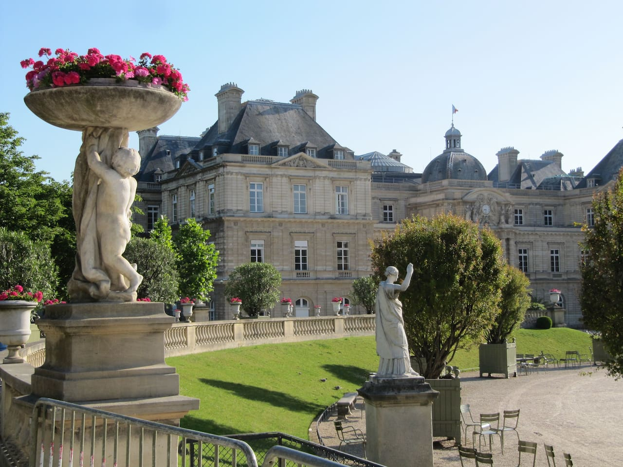 The apartment is 300m from the Luxembourg Garden, the most beautiful park in Paris (rest, jogging ...).