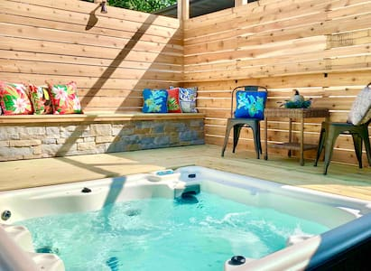 ⭐️ Modern Meets Vintage ⭐️ Hot Tub, Grill, Fire Pit