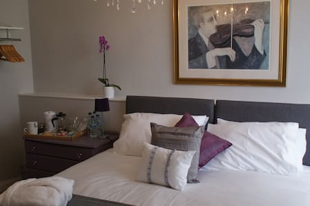Room 1 - Double with private bath - Macclesfield