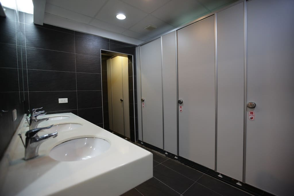The spacious shared bathroom. No worries for bath queues.