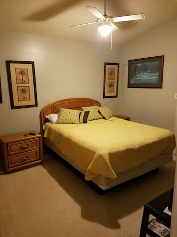 Private Room in Lake Condo - Davidson - Byt