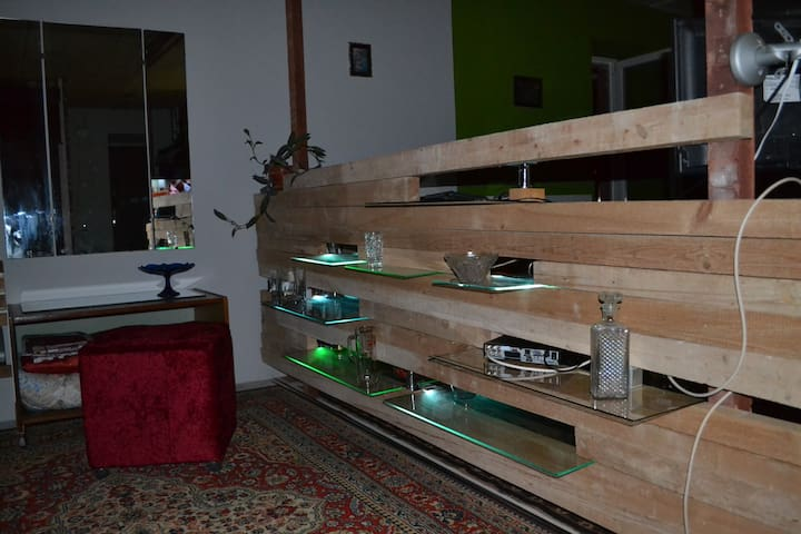 Експериментальная перегородка Дерево/стекло с подсветкой. Слева прикроватный пуф