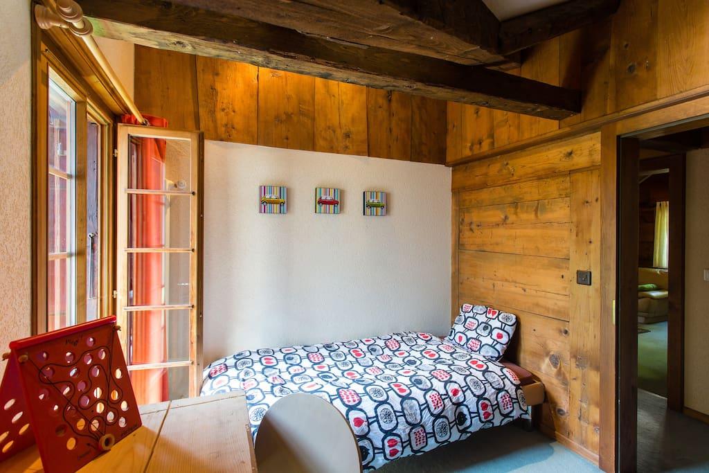La chambre un lit simple et un lit superposé