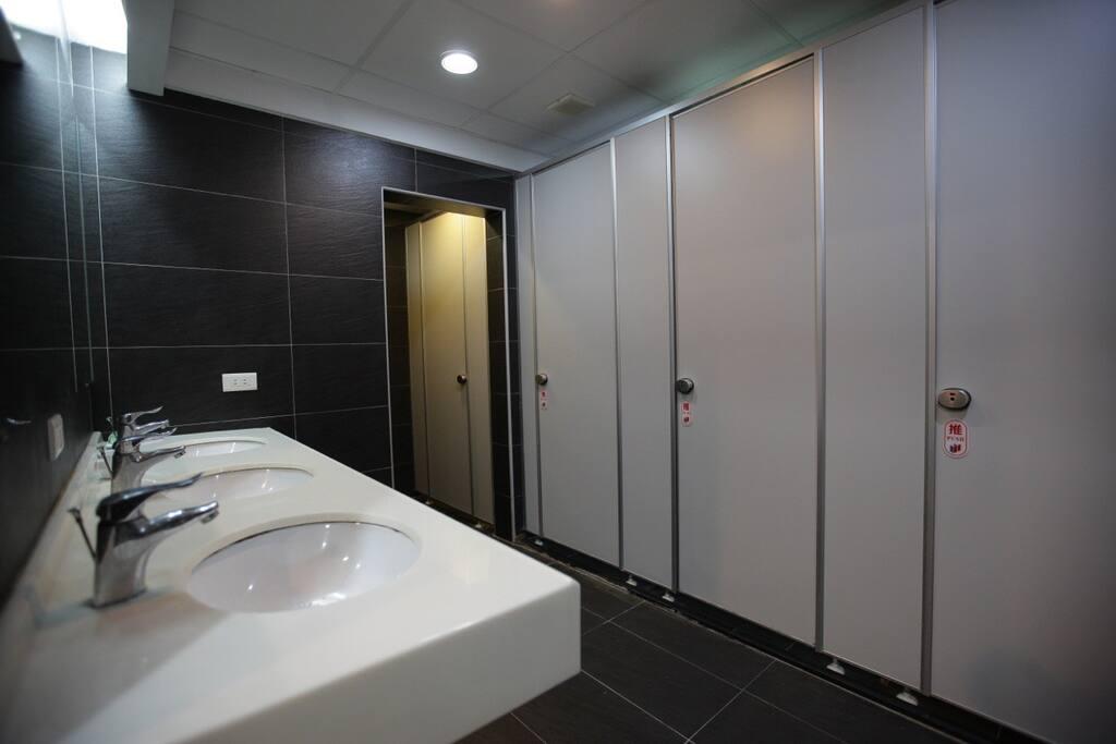 The spacious shared bathroom. No worries for bath queues.