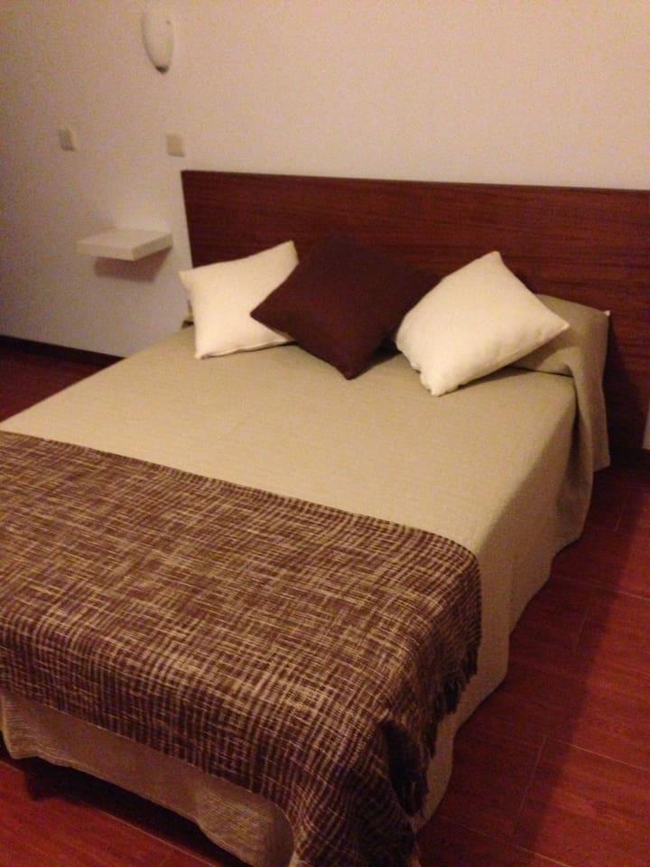Apartamento T0,com cama de casal,cozinha,casa de banho.Completamente equipado(roupa de cama,toalhas,utencílios de cozinha,frigorifico,t.v.,ar condicionado