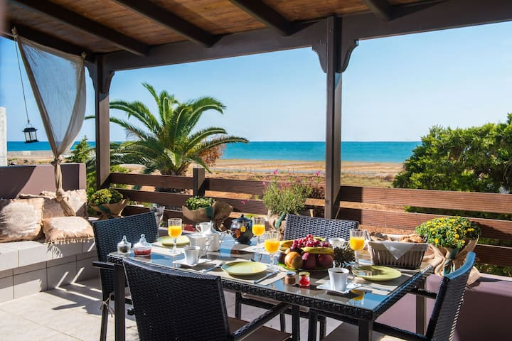 Villa Eva, 50 meters from the sea!!
