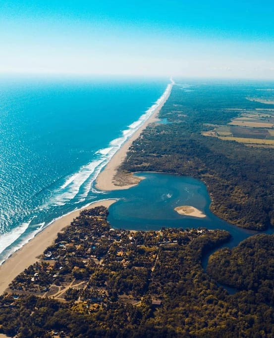 Vista aérea de Bocana San Juan en Playa Costa Azul, Acajutla, Sonsonate