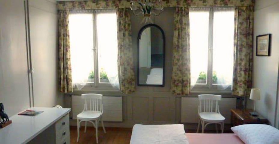 2 Bedroom with sink Zweierbettzimmer mit Lavabo