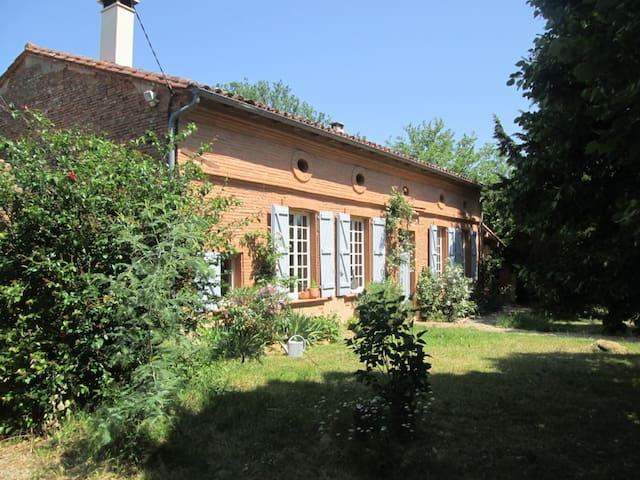 Belle maison ancienne, piscine et immense jardin - Orgueil