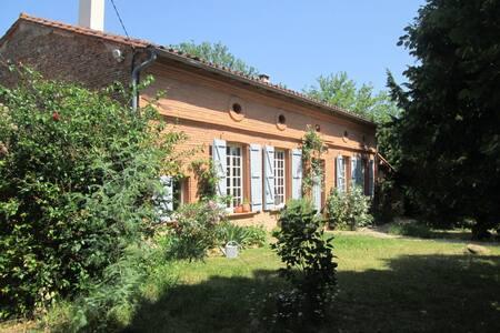 Belle maison ancienne, piscine et immense jardin - Orgueil - Σπίτι