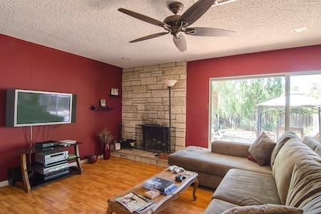 Light filled, large room close to Pepperdine University, local colleges, and Malibu's famous beaches! Full use of house, WiFi, Amazon Prime movies in living room. Markets, malls and restaurants are minutes away. Quiet, tree-lined street.