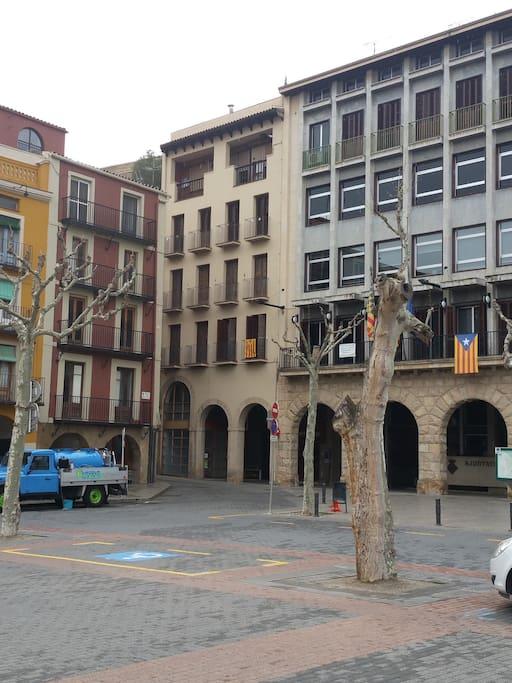 El alojamiento está en el segundo piso del edificio claro, al lado mismo del Ayuntamiento de Balaguer.