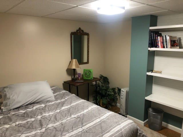 Second bedroom with newer Queen size bed, flat screen TV, fan, space heater(as needed). Some books on book shelf for those who want to relax and read.