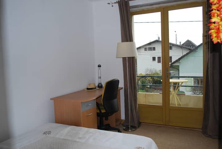 chambre + cuisine-séjour au calme proche de Genève