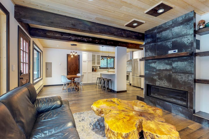 Stylish cabin near creek and town w/ modern comforts and peaceful surroundings!