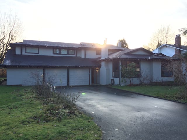 Full house 4 bed, 4 bth-sleeps 9-2200 sq ft-yard - Langley - Casa