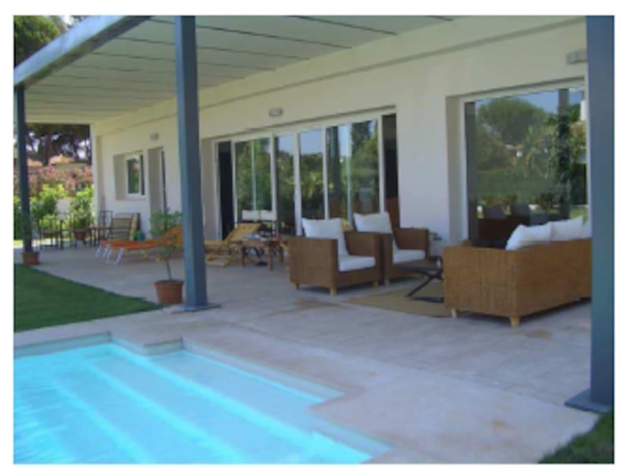 Porche y piscina privada
