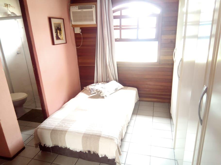 Suite com ar , banheiro e duas camas de casal
