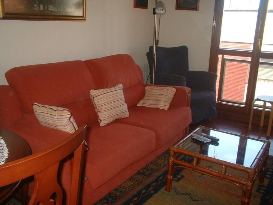 Salón comedor con sofa- cama, equipo de música y tv