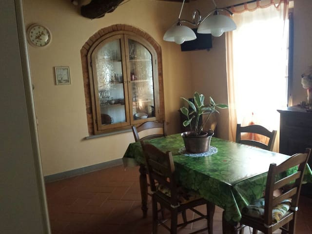 Scopri la casa tra le antiche mura flats for rent in for Table extensible toscana