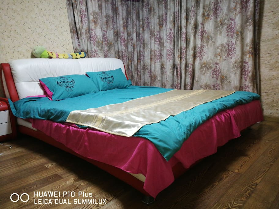 主卧2米宽大床,蝉丝被,纯棉被罩和床单,高芯枕头,睡眠无忧 2meter wide bed,with Silk quilt, pure cotton quilt cover and sheet, high core pillow, sleep carefree.