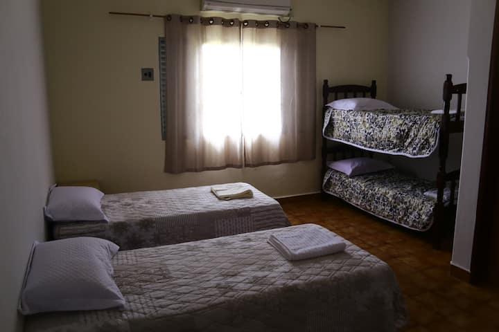 Suíte ampla com 1 a 7 camas