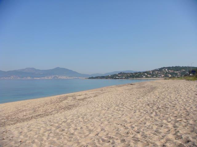 Studio pied dans l'eau Agosta-plage