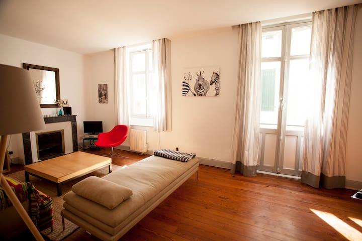 Salon, porte fenêtre sur petit balcon + fenêtre