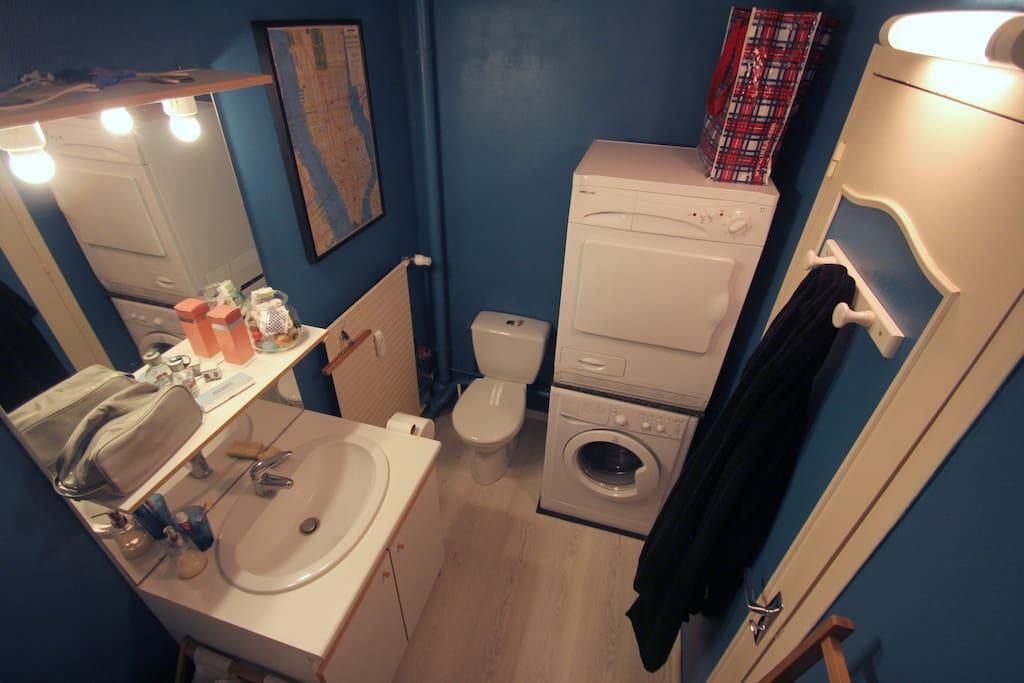 Salle de bains équipée.