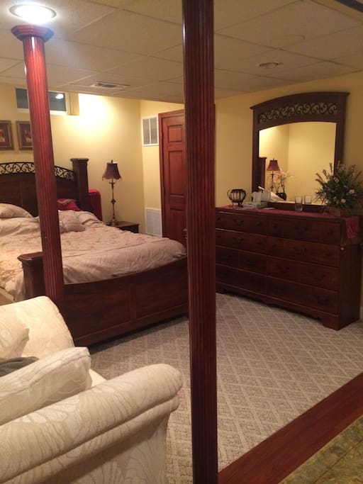 Beautiful en-suite bedroom with 50'' TV (w/cable)