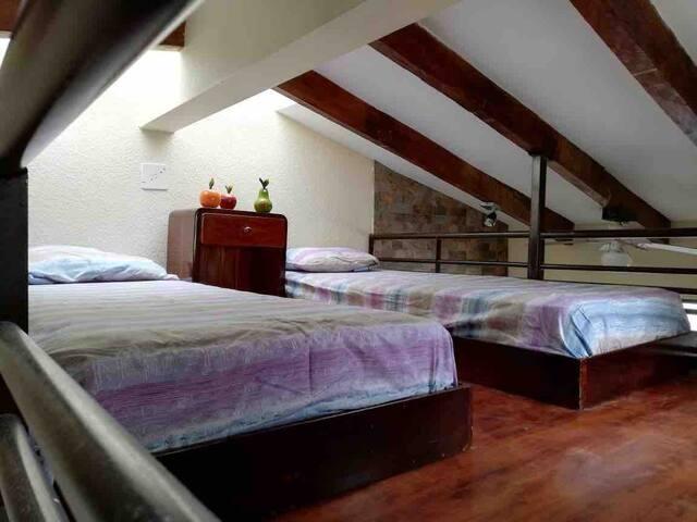 Altillo Cada cama es de una plaza. Se accede a este espacio por unas escaleras porque se encuentra sobre la sala de la suit.