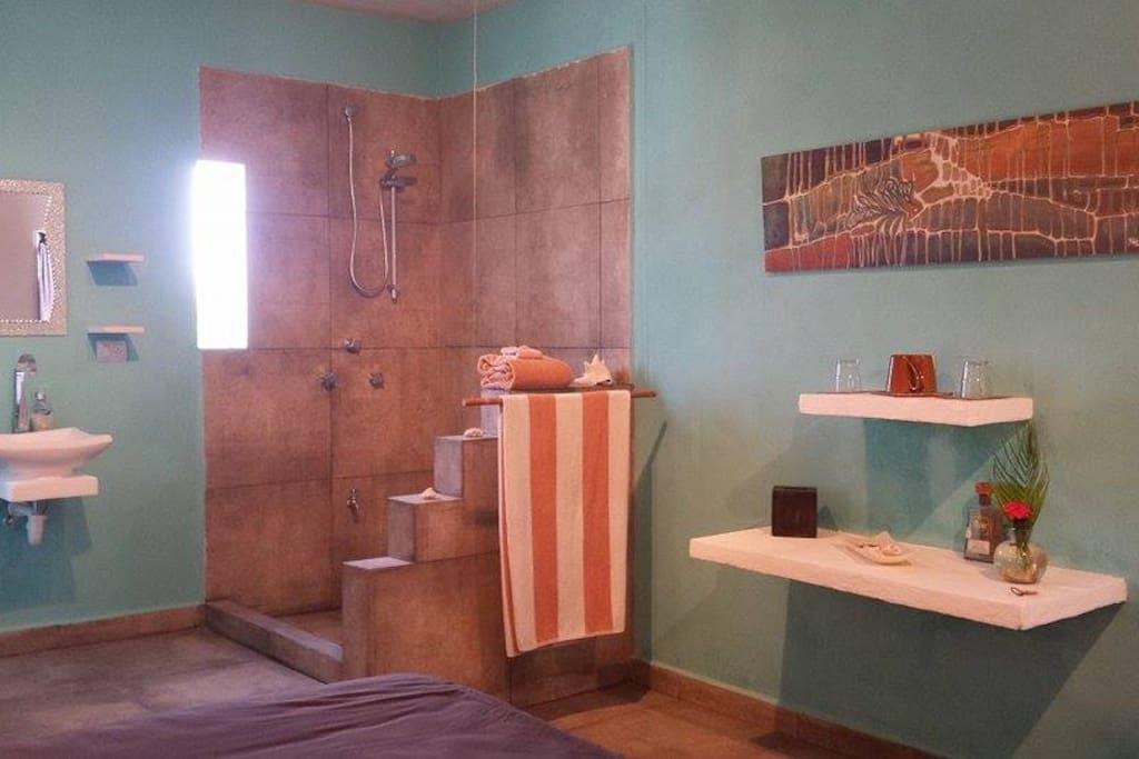 Salle de bain privée à aire ouverte