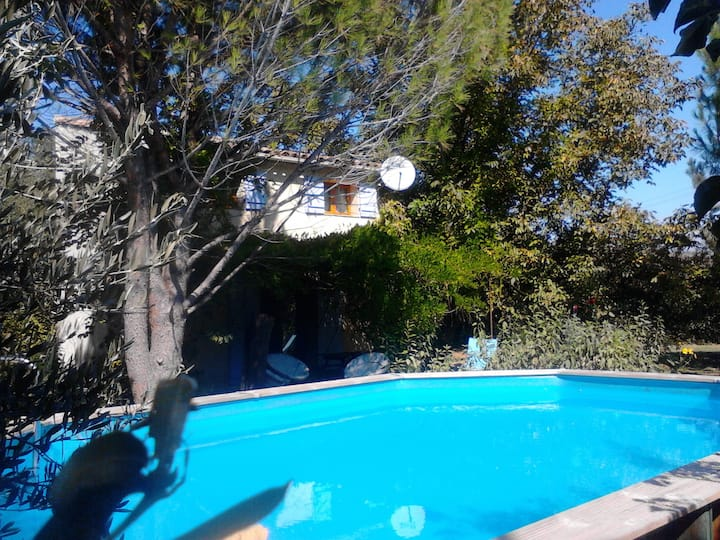 bastidon avec piscine barbecue et grand jardin