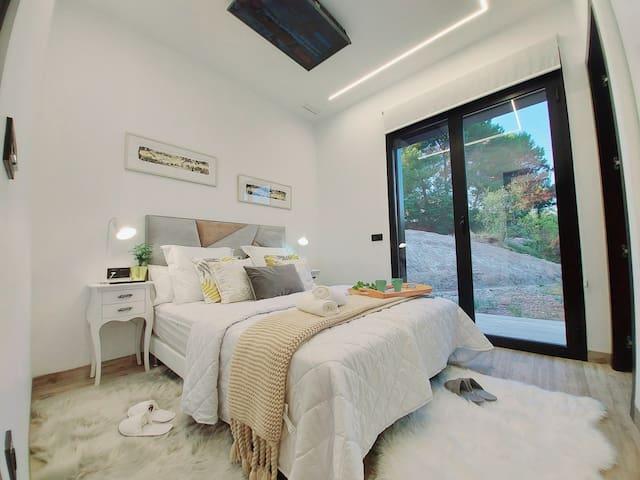 """Habitación 2 ,Cama de 160 cm con baño insuite, TV 42 """" TV a la carta Nexflix,Amazon Prime,Disney Channel."""