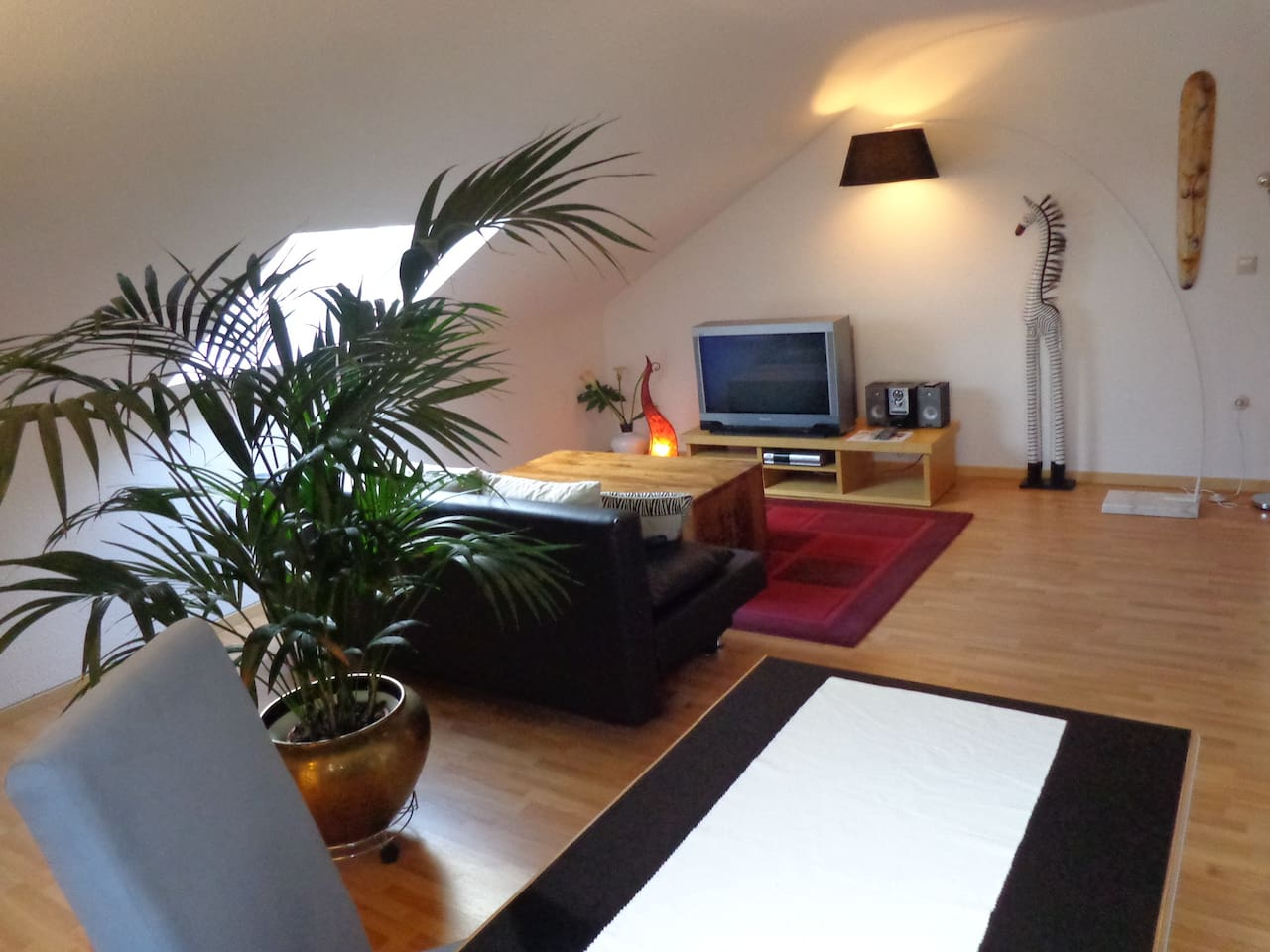 Großes, gemütliches Wohnzimmer mit Essecke