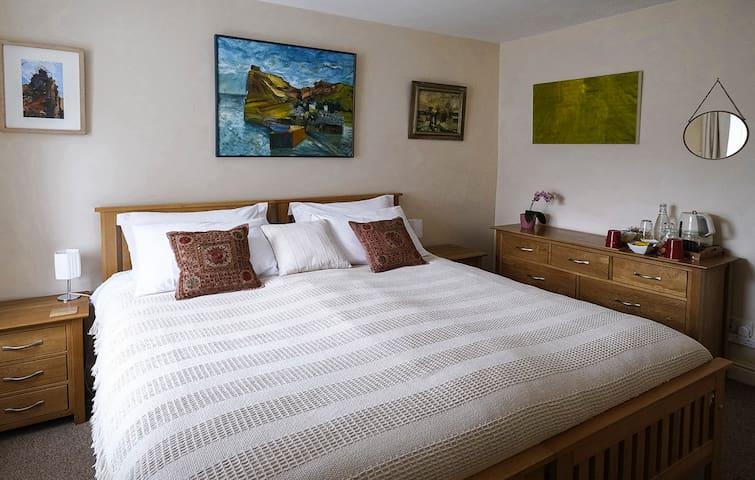 Quiet, Comfy Room, Super King / Twin Beds, Parking