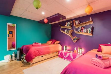 Budget Travelers - Twin Beds in Crazy Canuck room - Ottawa